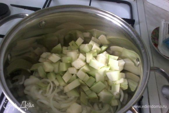 Тем временем нарезаем кабачок (у меня 1 маленький) и к луку с чесноком.