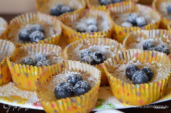 Дать остыть после духовки 20 минут. Украсить свежими ягодами по желанию. сахарной пудрой.