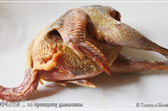 Вот прочитал я фразу в статье про цесарок: «…Разводят цесарок ради высококачественного мяса. Оно не бывает жирным и похоже на мясо дичи. Вкусны и яйца цесарок….» Значит, только мы разводим эту птицу для… сказанного в цитате? А везде, вокруг нас, их разводят для … красоты что ли? Что называется – автор жжет! Ну, да и ладно. Итак, цесарка. Вот она какая. Птичка у нас совсем молодая. Поэтому и некрупная. По секрету скажу – это, вообще то, цесарк. Ну, петух цесарочий, другими словами.