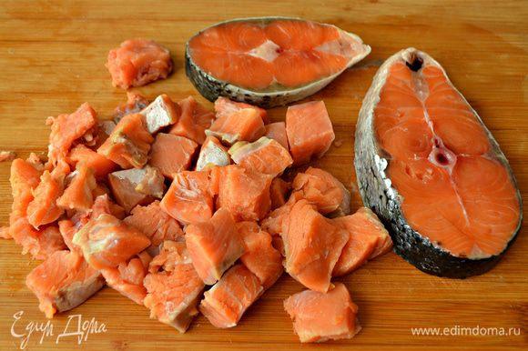 Филе рыбы промыть, обсушить и нарезать на небольшие кусочки.
