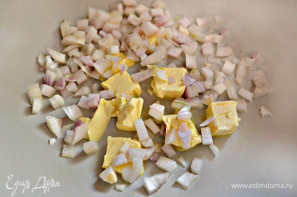Лук нарезать мелкими кубиками и обжарить на 2 ст л сливочного масла до прозрачности.