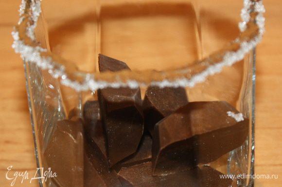 Кладем по 6 кубиков кофейно-шоколадного льда в каждый бокал.
