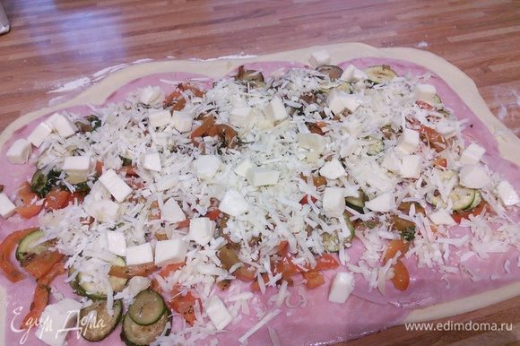 Натертый сыр и порезанную кубиком моцареллу.