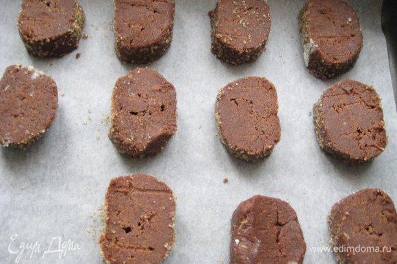 Достать тесто, обвалять в коричневом сахаре, нарезать.