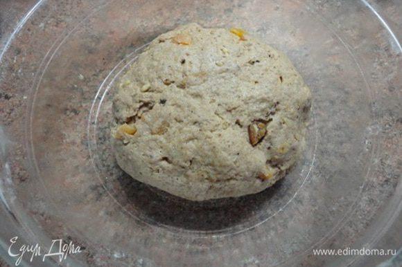 Замесите тесто. Вымешивайте минут 8-10. Выложите его в форму, смазанную маслом. Накройте и оставьте в теплом месте на 1,5 часа. За это время тесто должно увеличиться вдвое.