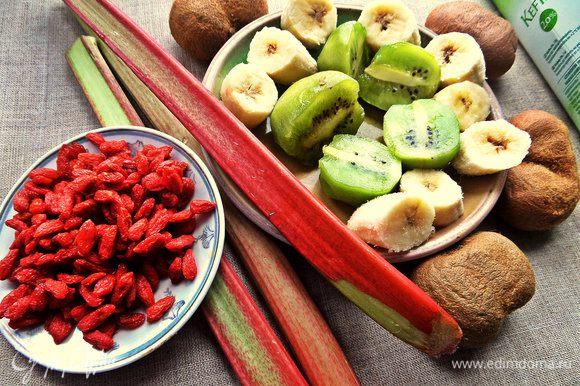 Ягоды, ревень промываем, фрукты очищаем.