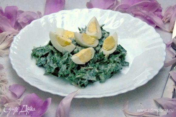 Выкладываем салат на тарелку и украшаем отварными перепелиными яйцами. Приятного аппетита!!!