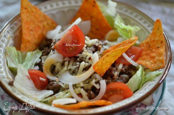 Полить сметаной и украсить кинзой,выложить дольки помидор, лук кольцами, подаем к столу. Приятного аппетита.