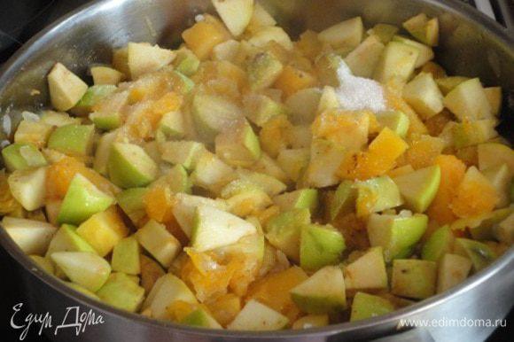 Добавить тыкву, яблоки, тертый имбирь и цедру одного лимона, корицу, кориандр, соль, сахар и тушить на медленном огне, постоянно помешивая минут 15-20. Далее предлагалось разложить соус в горячие банки и закрутить.
