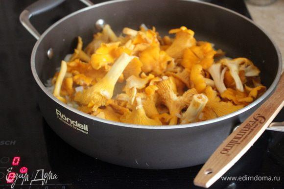 Для паштета на сковороде обжарить лук и чеснок, добавить лисички, веточки тимьяна и жарить все вместе до готовности.