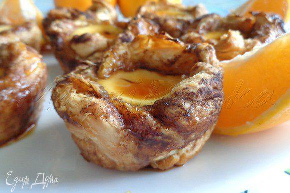 Дать застыть карамели и подать пирожные с апельсином, нарезанным на дольки. Приятного аппетита!