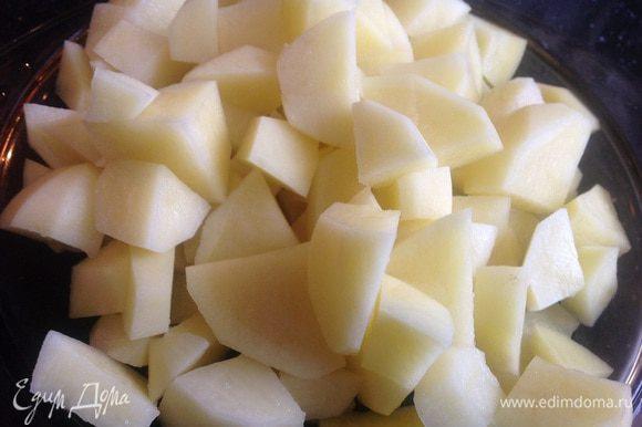 Почистите картофель и нарежьте на кубики.