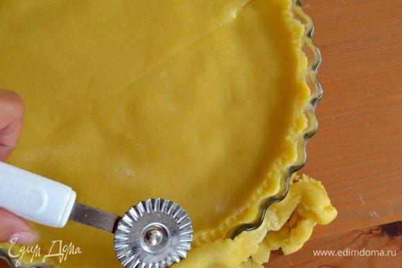 Оставшееся тесто также раскатать и выложить сверху, позволяя полностью накрыть крем. Края аккуратно скрепить и обрезать излишки теста.