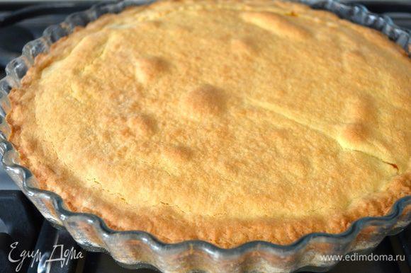 Выпекать пирог в разогретой до 180°C духовке около 30 минут до золотистого цвета. В любом случае, ориентируйтесь по своей духовке! Готовый пирог достать из духовки и полностью остудить его в форме.