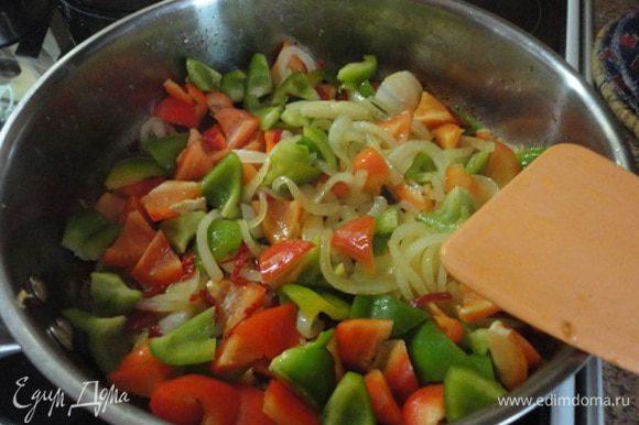 Затем мясо снять со сковороды, а в оставшемся жире спассеровать лук до золотистого цвета. Добавить нарезанный перец и тушить его 2 минуты.