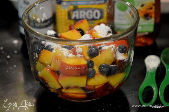 Разогреть духовку до 210 гр. Персики помыть и нарезать кубиками. Добавить ягоды мытые, крахмал, ванильный экстракт, сироп агавы или можно заменить на мед.
