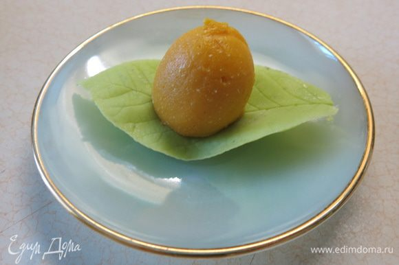 Выкладываем бережно оранжевую вкусность на листик.