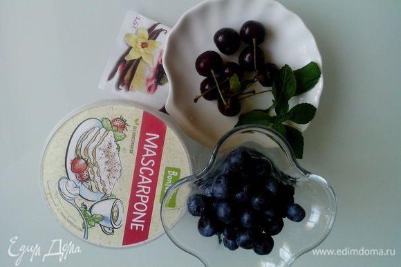 Смешать сыр Маскарпоне с сахарной пудрой, экстрактом ванили. Удалить косточки из вишни, разломать на половинки