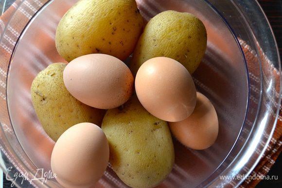 """Первым делом отварить картофель """"в мундире"""" и яйца в подсоленной воде, добавив ложечку уксуса. Остудить."""