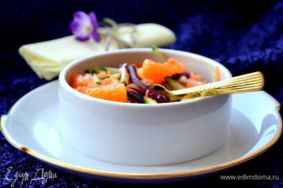 Так как сегодня свежие фрукты и овощи доступны внесезонно, такой яркий салат можно готовить круглый год.