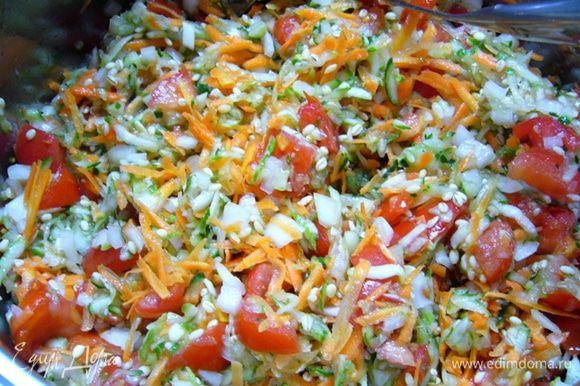 Огурцы и морковь натереть на крупной терке. Помидоры и лук порезать кубиком. Все ингредиенты, кроме уксуса, перемешать. Дать постоять 3 часа.