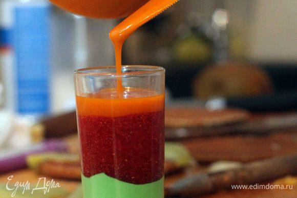 """Приступаем к декору: Соус можно купить готовый малиновый, можно приготовить самостоятельно, заранее и остудить. В нашем случае приготовлено 3 вида соуса: мятный соус, клубничный соус и абрикосовый. Мятный соус: свежая мята выпаривается в сливках, процеживается и добавляется пищевой краситель. Клубничный соус: готовится как варенье """"пятиминутка"""", клубника варится с сахаром 5-10 минут. Абрикосовый соус: мякоть абрикоса варим с сахаром 5-10 минут. Для красивой подачи вливаем соусы в шот слоями."""