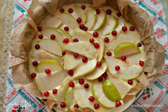 Сверху уложите груши и посыпьте ягодами красной смородины. Выпекать пирог при t=180г около 40 мин. Готовность пирога проверьте лучиной!