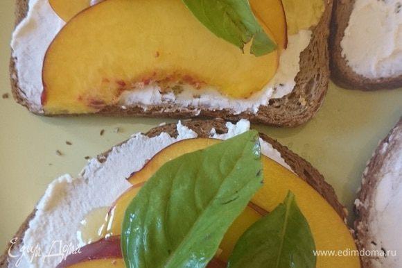 Выкладываем листики базилика и сверху накрываем вторым кусочком хлеба с рикоттой. Приятного аппетита.