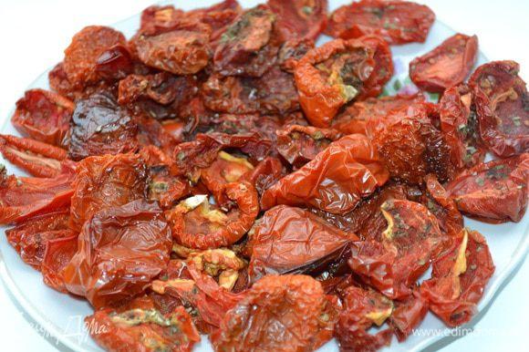 Если дома есть спец. сушилка - прекрасно! Вялить помидорки нужно в ней. Если нет, то поставить противень в духовку и вялить примерно 3-4 часа при 100 градусах. Периодически приоткрывать дверку, чтобы выходила испаряющаяся влага. Сильно вялить не нужно, иначе помидорки будут очень сухими, похожими на чипсы - это не очень вкусно.
