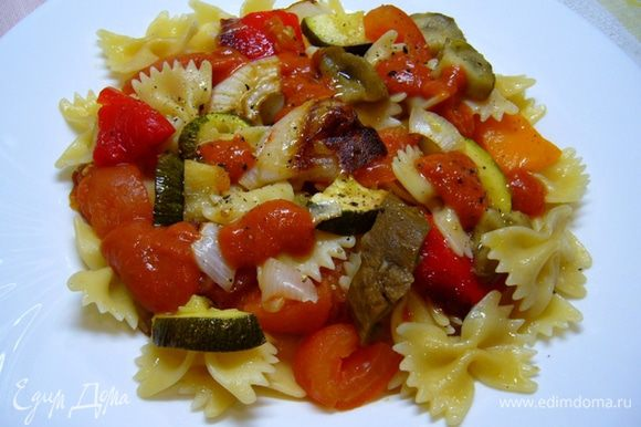 Все овощи крупно нарезать. Теплые овощи смешать с холодной пастой, разложить по тарелкам, заправить холодным соусом. Приятного аппетита!