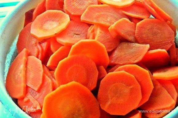 Сливаем морковную воду через сито.