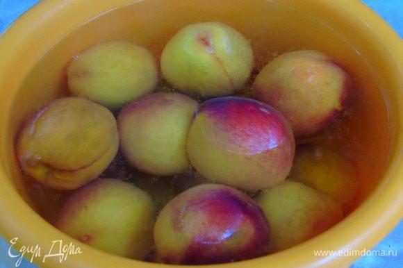Персики помыть, залить кипятком и сразу же отправить в холодную воду.