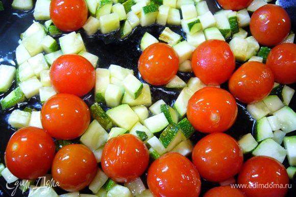 Пасту отварить аль-денте. Воду слить. На сковороде разогреть оливковое масло. Сковороду лучше взять большого диаметра, чтобы овощи обжаривать в один слой. Обжарить кабачки и помидоры черри.