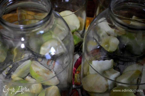 Нарезаем яблоки произвольными кусочками, кладем в банки. Добавляем сливы и ежевику.