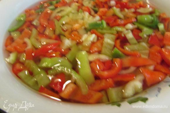Порезанный полосками перец, опустить в кипяток на 5 минут. Откинуть на дуршлаг или выложить на блюдо.