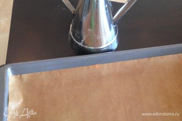 Выливаем тесто на противень, покрытый тефлоновой бумагой. Если бумага пекарская, тогда смажьте ее небольшим количеством оливкового масла.