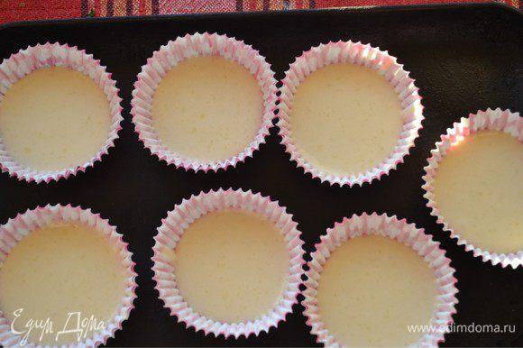 Начинаем выкладывать в формы наше тесто. Духовку разогреем до 180 градусов. Осторожно, чайной ложкой выкладываем тесто в бумажные формочки. Я решила сделать 3 вида капкейков. Одни просто ванильные.
