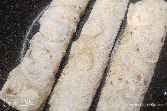 Выкладываем трубочки (швом вниз) на разогретую сковороду, смазанную маслом, жарим до румяной корочки.