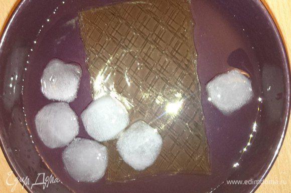Листовой желатин замочить в ледяной воде.