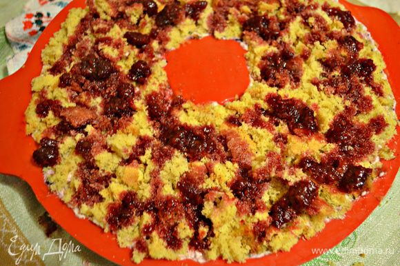 Далее уложить бисквитный корж. Я решила его покрошить, чтобы нижний слой торта был ещё более воздушным. Сверху полить вареньем. У меня осталась малина в соке красной смородины. Рецепт можно посмотреть здесь: http://www.edimdoma.ru/retsepty/75642-malina-v-soke-krasnoy-smorodiny?notid=1078216#1764854 Поставить в холодильник на 3-5 ч.