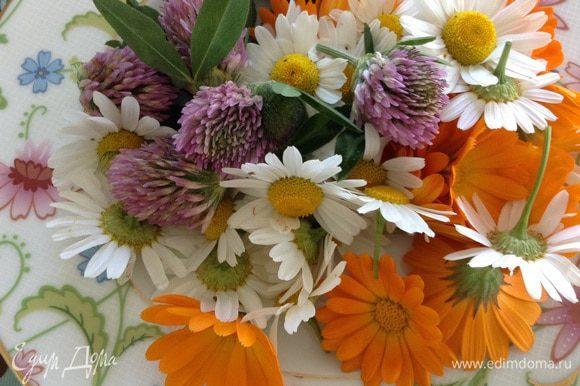 Взять 3 горсти цветов ромашки, клевера, календулы (их нет в ингредиентах).