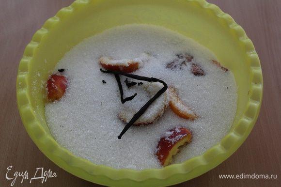 Засыпьте фрукты сахаром. Стручок ванили разрежьте вдоль, достаньте семена и добавьте вместе со стручком к фруктам.