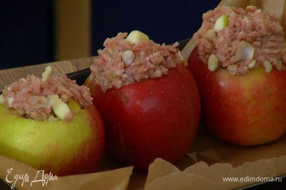 Заполнить яблочные чашечки фаршем.