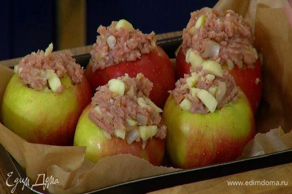 Небольшую форму выстелить бумагой для выпечки. Поместить в нее яблоки так, чтобы они стояли как можно плотнее друг к другу, и отправить в разогретую духовку на 25 минут.