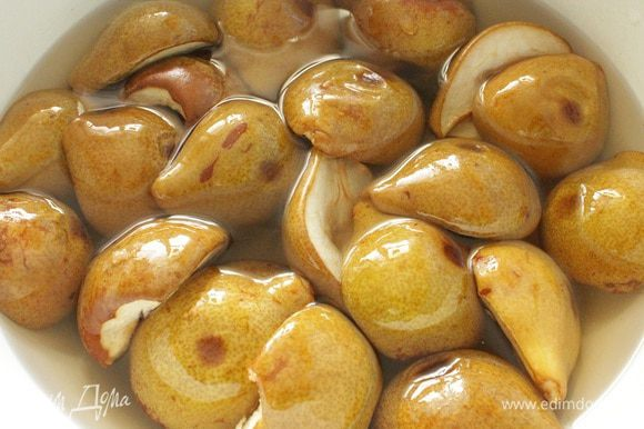 Пока груши запекаются, сварить сироп из половины литра воды и 600 грамм сахара. Груши выкладываем в посуду, в которой будет вариться варенье, заливаем их горячим сиропом. Посуду накрыть крышкой и дать настояться 2 часа.
