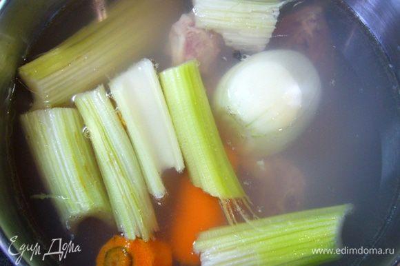 """Сварить куриный бульон, добавив в воду 2 палочки сельдерея, лук (воткнуть в него гвоздику), морковь, ну и конечно, части курицы для бульона. Я всегда покупаю грудку, делаю филе, а косточки """"складирую"""" в холодильнике и варю потом на них легкий бульон. Готовый бульон процедить. Отмерить нужное количество для блюда, оставшийся можно заморозить. Рис замочить в холодной воде на 15 мин."""