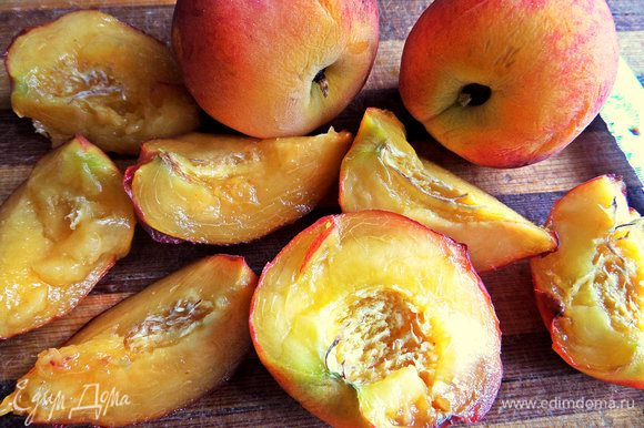 Персики или нектарины отделяем от косточки и делим на удобные кусочки.