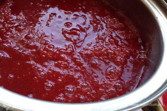Сливы пробить блендером до однородной массы. Поставить на плиту и готовить 30 минут на медленном огне, постоянно помешивая, чтобы соус не пригорел.