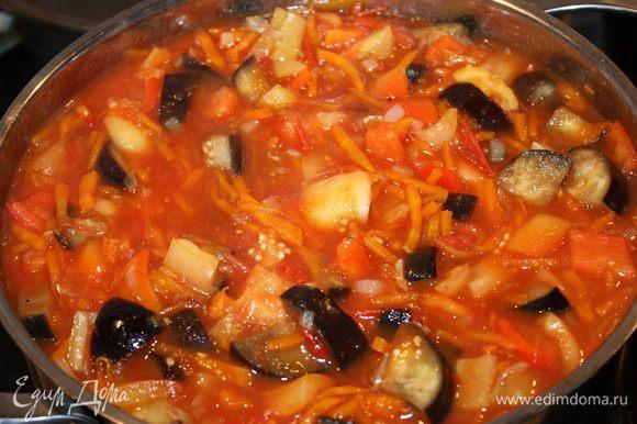 Затем добавляем обжаренный лук с морковью.