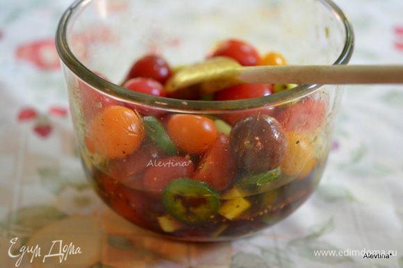 Смешать томаты, халапеньо и зеленый лук в емкости, добавить маринад. Вновь перемешать. Дать постоять при комнатной температуре 4 часа или 8 часов в холодильнике.